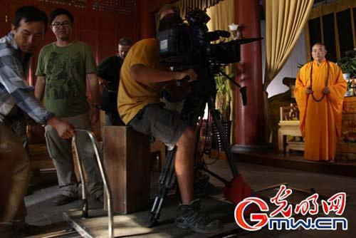 图为释永信大和尚正在配合拍摄纪录片。记者杨慧峰摄