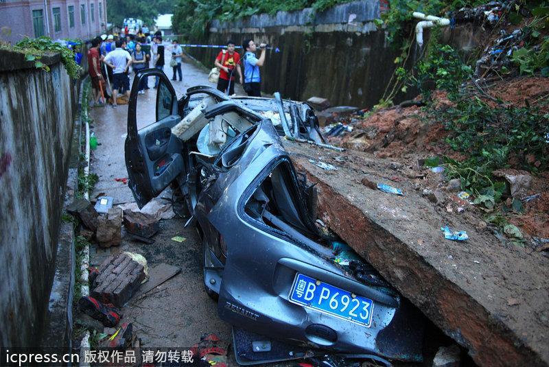 深圳布吉墙体倒塌压住小车 两人不幸罹难组图