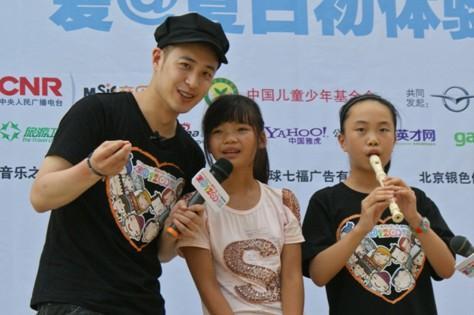 潘玮柏和白娟、体验小朋友一起表演《茉莉花》