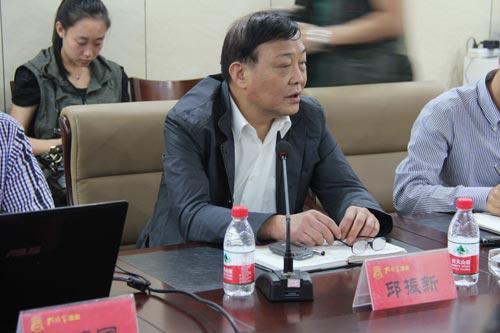 曲阜孔府家酒业有限公司董事长邱振新与记者座谈