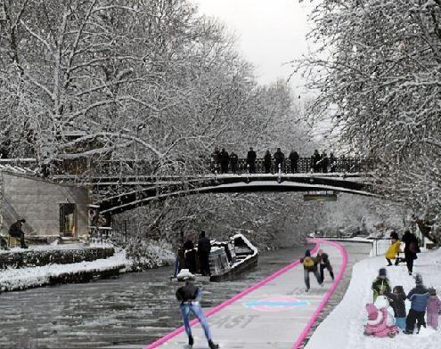 冬季,泳道上将铺一层膜,人们可以在上面滑冰
