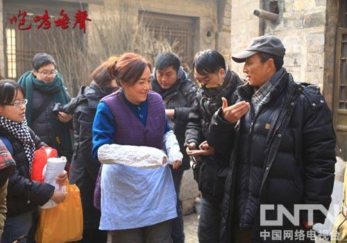 导演萧锋(右一)与恬妞(左