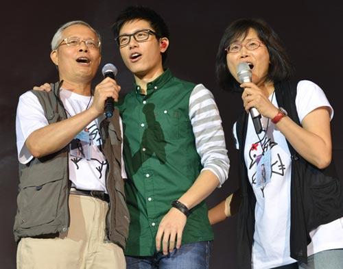 韦礼安香港演唱会父母上台助阵