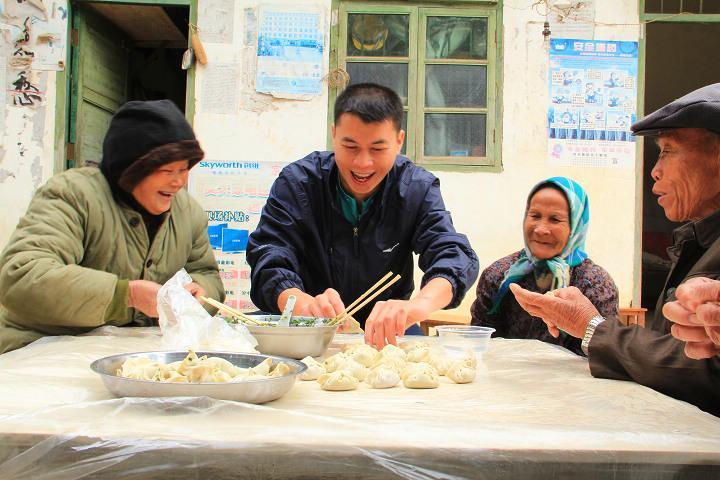 凌维财和四兴村五保村老人们一起包饺子