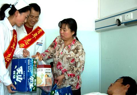 农五师医院龚海洋为贫困住院民工送礼品