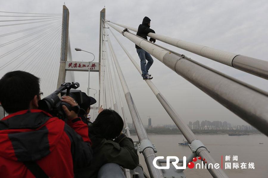 武汉长江二桥3小时内3人欲跳桥 致交通拥堵引市民吐槽 高...