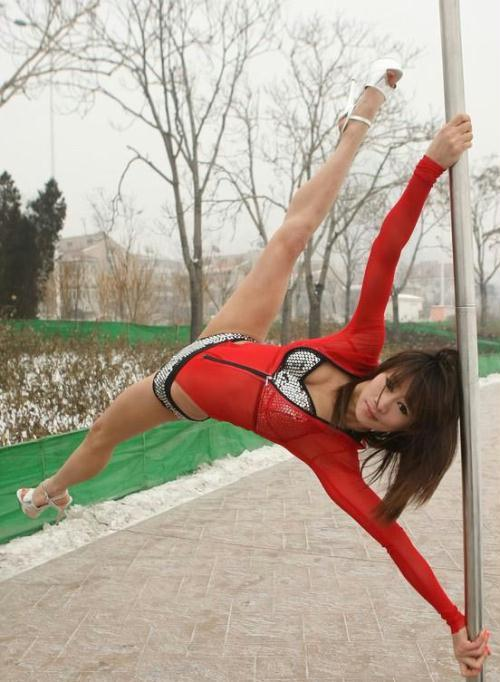 钢管舞美女秀英姿 冰天雪地穿比基尼热舞图