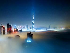 مناظر خلابة من دبي وسط السحاب والضباب