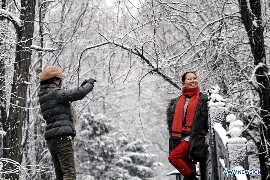 Pingliang China  city photo : poses for photos in snow at a park in Pingliang City, northwest China ...