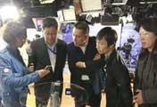 央视网工作人员为代表<br>讲解手机电视