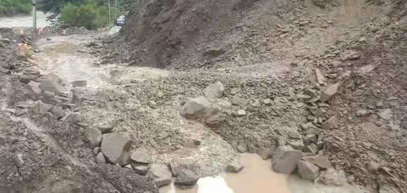 持续强降雨引发泥石流 国道227线四川甘孜新龙段交通中断