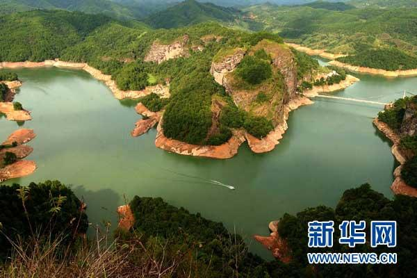 DanxialandformsinDajinLakeScenicSpotinTainingCounty,Fujianprovince(PhototakenonAugust18,2009)