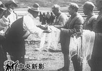 新中��成立后,中央人民政府多次通知西藏地方政府派代表�肀本┥陶�和平解放西藏事宜,但受到阻�稀�1950年110月解放�渡�^金沙江,解放了昌都。之后,西藏地方政府接受�判,�p方���f�h,西藏和平解放,五星�t旗�h�P在西藏上空。