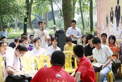 室外会场学生介绍创业计划