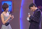 李彦宏向夏丹展示宝贝杯子上的花朵