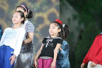 李宇春和小朋友们做游戏