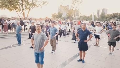 """厦门""""小白鹭""""惊喜现身新疆昌吉 与当地群众共舞 00:00:34"""