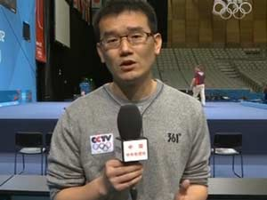 """央视举重专项记者吴璞因在赛后对失利选手安慰并主动放弃采访而被网友熟知,并被亲切的称为""""安慰哥""""。"""