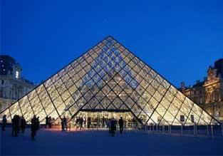 Les dames franÇaises apprécient les reliques de la Cité interdite au Louvre