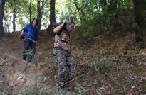 云南永胜的山上,两位摄像老师并肩作战,爬山拍摄美丽风景