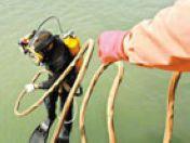潜水员轮番下水