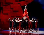 现场演员们表演舞蹈
