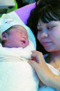 """震区迎来新生儿 她出生在车棚名叫""""震生"""""""
