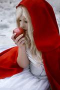 雪地里的红玫瑰!外国美女超惊艳雪地小红帽COS欣赏
