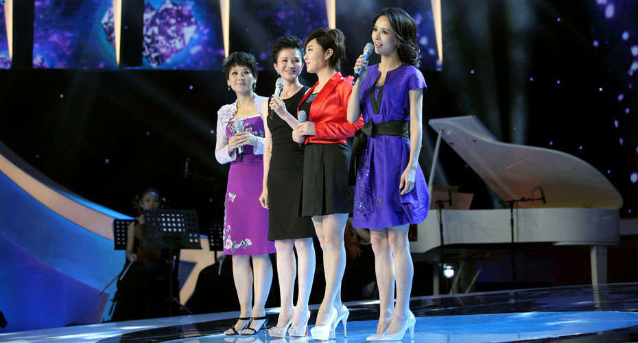 四位美女主持人激情歌唱