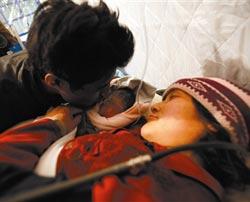 在地震中受伤的藏族产妇尼玛拉毛面临早产,解放军323医院野战医疗队的医护人员搭起临时产房紧急接生。<br>凌晨2时38分,一声婴儿的啼哭声打破了玉树机场候机大厅的沉寂,27岁的藏族孕妇尼玛拉毛顺利诞下一名男婴,让大灾之后悲痛的人们看到了生命的希望。