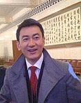 中央电视台主持人鲁健到达会场。