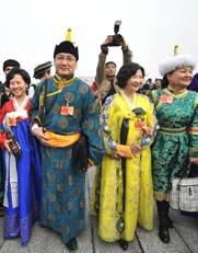 3月3日,全国政协十一届三次会议在京开幕。少数民族委员入场。
