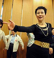 全国政协委员、中国电力投资集团公司副总经理兼中电国际董事长李小琳出席了妇联界别的分组讨论。在分组讨论的休会期间,她在其他委员的建议下,现场教众委员跳拉丁舞,原本略显沉闷的气氛瞬间被点燃了。