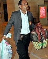2010年3月4日下午,北京,浙江代表团人大代表陈飞来到鼓楼外北大街的新民菜市场,向市民赠送他从家乡带来的折叠式菜篮子和环保宣传单,倡导少用塑料袋,力行环保。