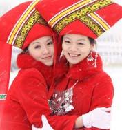 一个世纪的峥嵘岁月,见证了中国妇女运动在中国共产党的领导下取得的举世瞩目的伟大成就。 一个世纪的沧桑巨变,见证了中国妇女事业在中国共产党的领导下绽放出更加璀璨夺目的光芒。巾帼英豪,玫瑰铿锵。光荣,属于中国妇女。