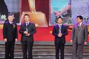 左起:颁奖嘉宾毛健、获奖者魏洋和丁文军、颁奖嘉宾张德修