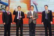 左起:颁奖嘉宾赵泽琨、获奖者唐道远和师智敏、颁奖嘉宾李宗达