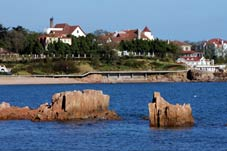 Las primeras huellas de actividades humanas en Qingdao se pueden remontar a 6.000 años atrás. Esta religión primigenia de China, el taoísmo, nació aquí. En la remota antigüedad, aquí floreció una aldea de pescadores. Fue el germen de este moderno puerto en cuyos muelles hoy acoderan gigantescas naves mercantes.