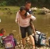 邹桂芬:34年背送两代学生过河