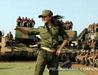 解放军某部组织战士演出 时尚女兵舞动军营