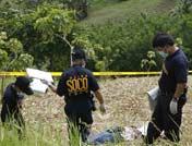 警察检查被杀人质尸体