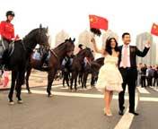 大连:女骑警扮靓国庆广场