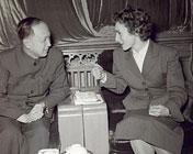 钱学森与法国居里夫人的女儿交谈