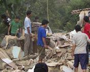 灾民在倒塌的房屋废墟中搜寻