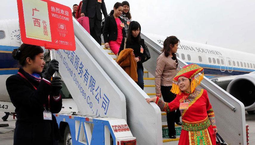 出席十二届全国人大一次会议的各地人大代表团抵京