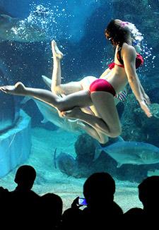 俄罗斯美女水下演绎精彩绝技