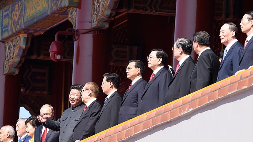 <font style=line-height:2em;color:#555>中共中央总书记、国家主席、中央军委主席习近平等在天安门城楼上。</font>