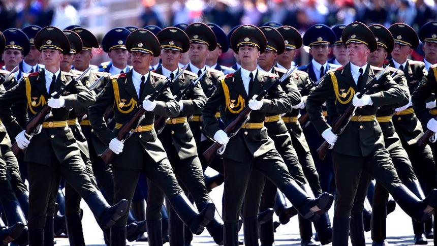 <font style=line-height:2em;color:#555>白俄罗斯军队方队通过天安门广场。</font>
