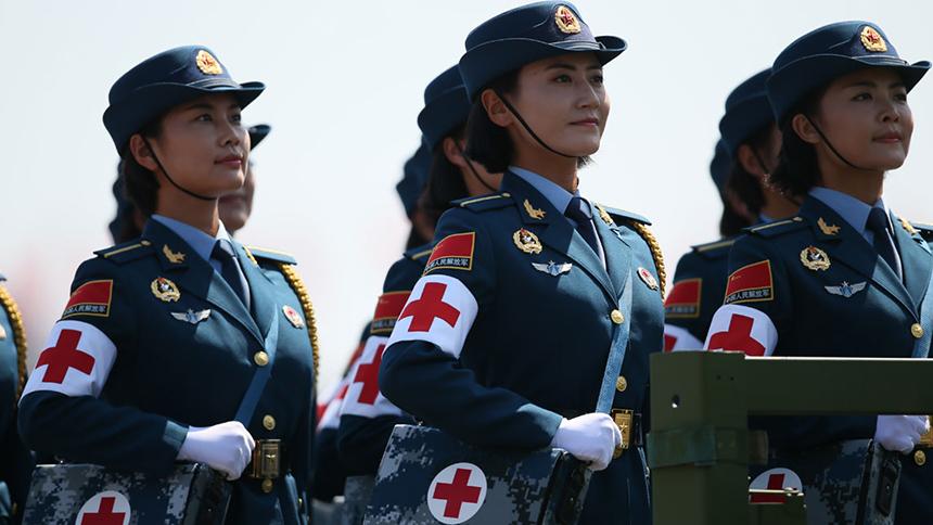 <font style=line-height:2em;color:#555>&nbsp;&nbsp;&nbsp;&nbsp;图为白求恩医疗方队通过天安门广场。白求恩医疗方队是这次阅兵中唯一以外国人名字命名的方队,唯一由院校抽组的方队,唯一的女兵乘车方队。</font>