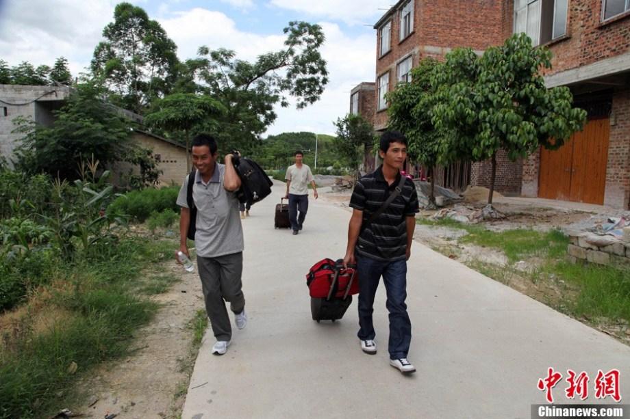 广西上林籍加纳采金客返乡图片